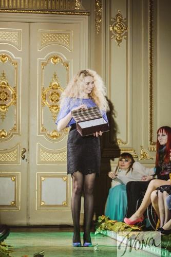 в финале показа дизайнер Анастасия Иванова выпустила на подиум бабочек из коробки