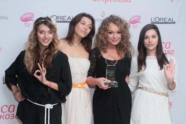 Яна Соломко (вторая справа) и группа Real O