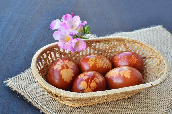 Красить яйца в луковой шелухе совсем несложно