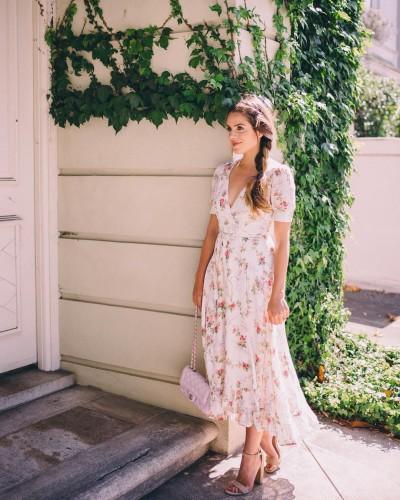 Цветочное платье и босоножки на каблуке