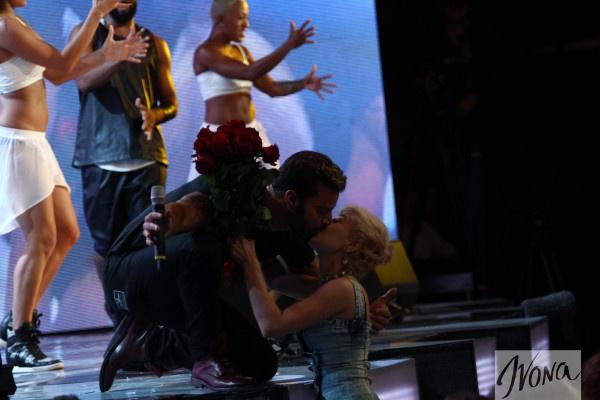 Рики Мартин поцеловал поклонницу