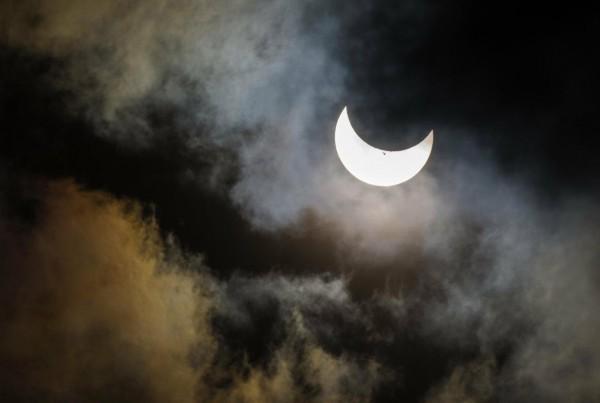 При частном затмении солнечный диск перекрывается не полностью