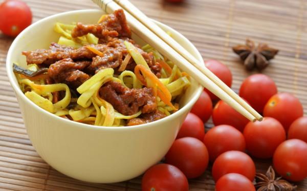 Китайская лапша с говядиной, перцем и сельдереем