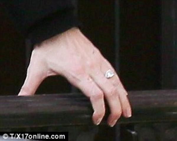 Кольцо на руке Лив