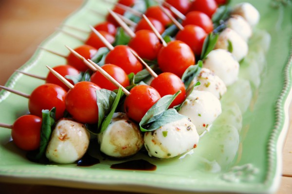 Красиво смотрится капрезе из мини-моцареллы и помидоров черри на шпажках.