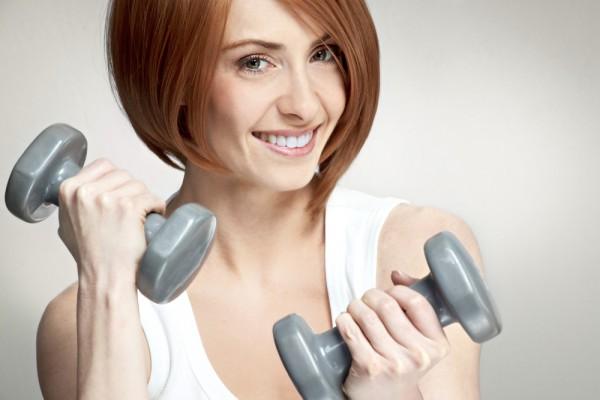 Эти простые, но эффективные упражнения с гантелями помогут тебе оставаться в форме