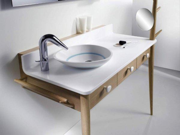 Консоль со встроенной раковиной в виде чаши также выполняет роль туалетного столика с небольшими ящиками для косметики и других вещей. Сбоку предусмотрена перекладина для полотенец.