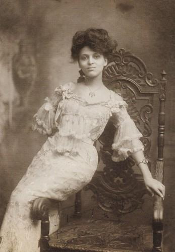 Минни Браун (1883 – ?), актриса и певица, с 1902 по 1918 год выступала в Европе, России и на Дальнем Востоке, входила в круг самых успешных афро-американских исполнительниц.