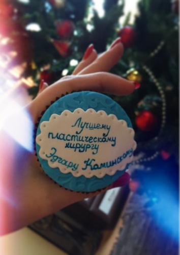 Слава приготовила мужу оригинальное пирожное с милым посланием на Рождество