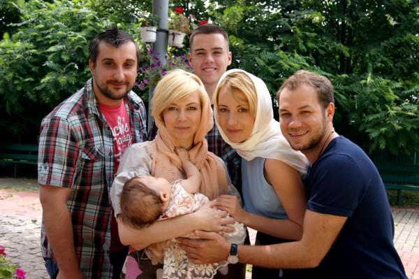 Лера Черненко (в белом платке) с крестными своей дочки и родными