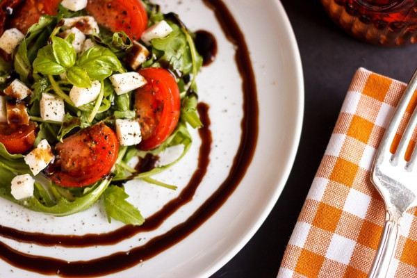 Салат из рукколы, помидоров и моцареллы