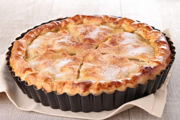 Закрытый пирог с яблоками и корицей
