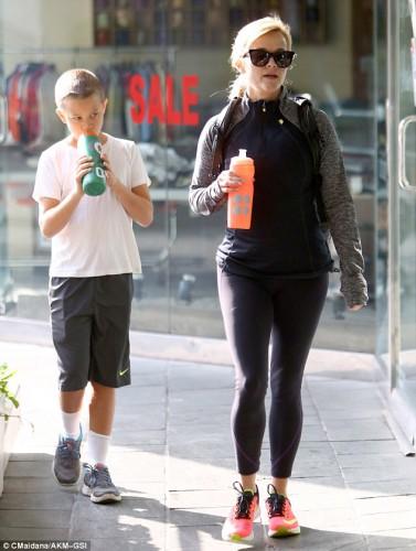 Риз Уизерспун посетила спортзал вместе с 10-летним сыном Теннесси