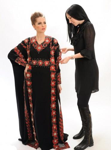 На создание этого наряда дизайнера Дебби Вингхемс (справа) вдохновил любимый город Дубай