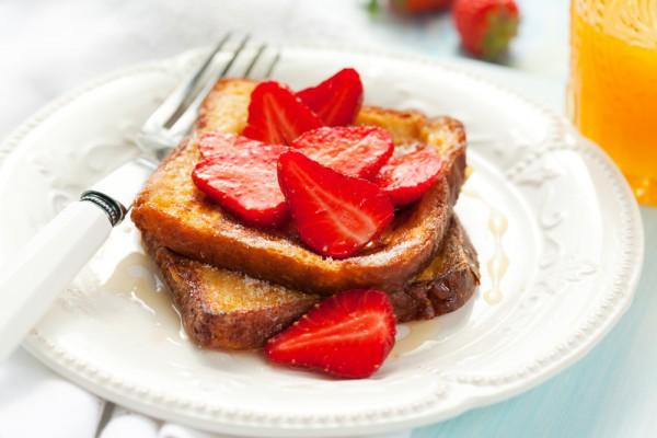Завтрак для мамы: французские тосты с клубникой