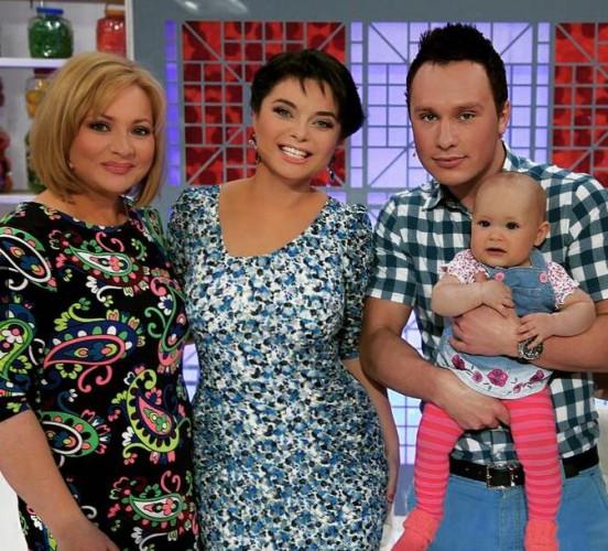 Светлана Пермякова с мужем и дочкой пришла в студию программы Наташи Королевой ( в центре)