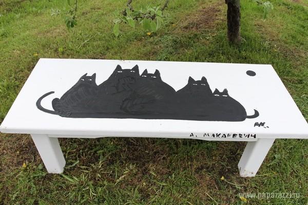 Андрей Макаревич разрисовал лавочку в рамках фестиваля искусства в Москве