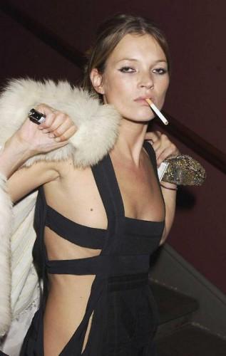 Смотри лучшие снимки 41-летней модели Кейт Мосс, сделанные папарацци