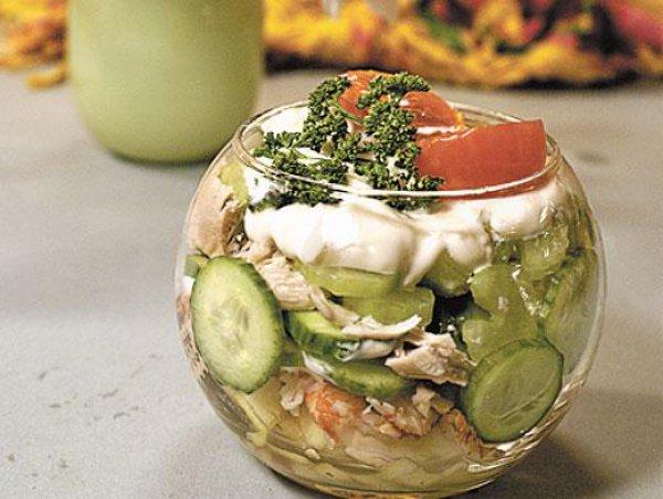 Готовый салат заправить майонезом и посыпать сухариками