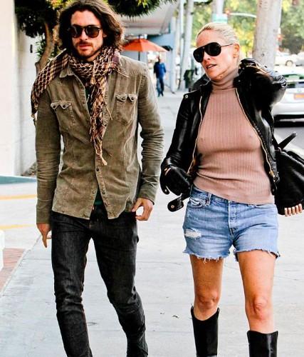 Шэрон Стоун во время прогулки с молодым любовником