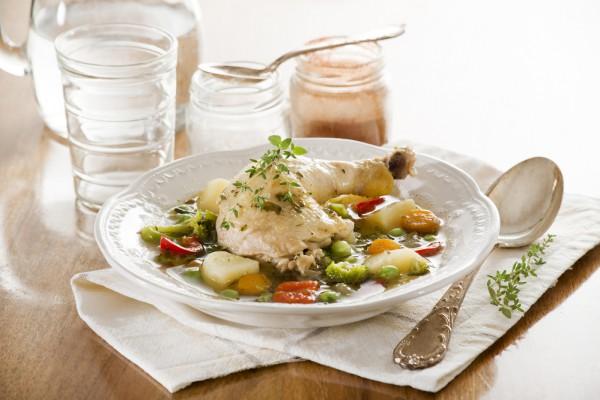Куриные бедрышки с весенними овощами