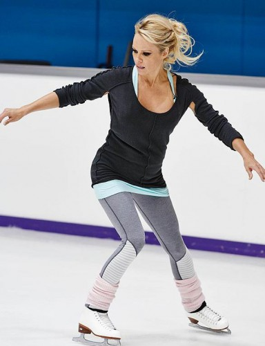Памела Андерсон умеет кататься на коньках