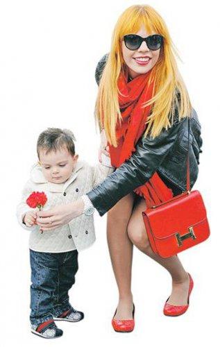 Анастасия Стоцкая вышла на прогулку с сыном
