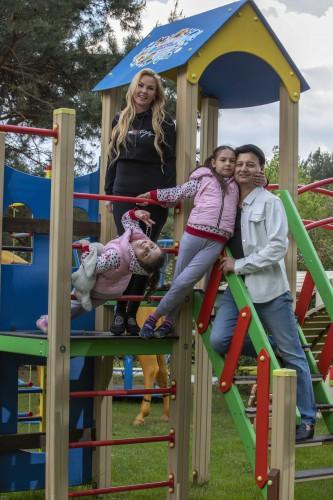 KAMALIYA с мужем и дочерьми-двойняшками