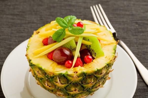 Фруктовый салат в ананасе