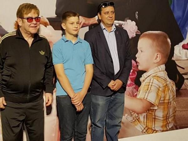 Элтон Джон с 10-летним Львом Агеевым в Киеве
