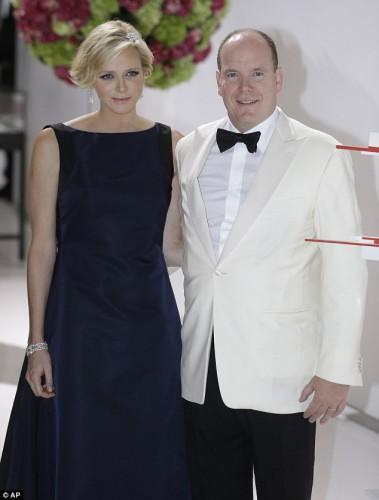 Беременная княгиня Монако с мужем на благотворительном балу