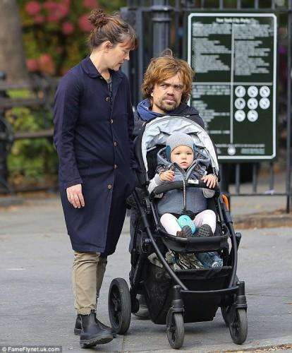 ФОТО дня: Питер Динклэйдж прогуливается с семьей на ...