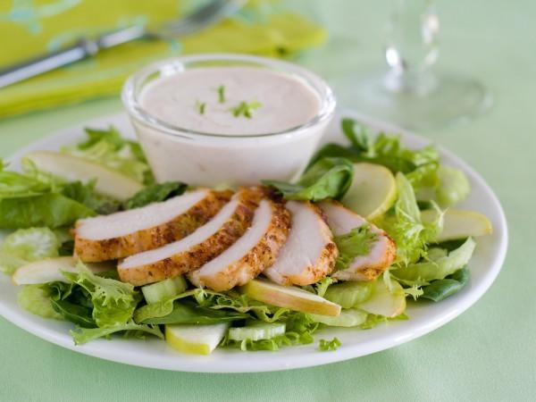 Салат из курицы с яблоками и сельдереем