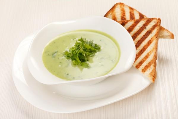 Летний суп из шпината и кукурузной крупы