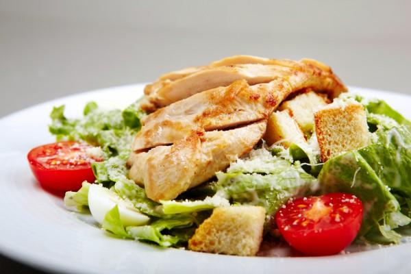 рецепты салатов с помидорами и сухариками