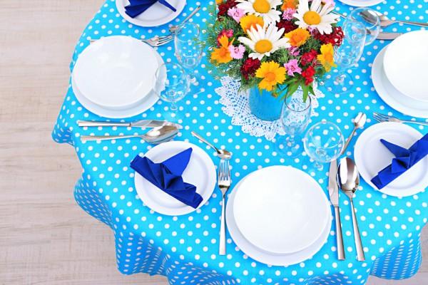 Сервировка стола в голубых тонах