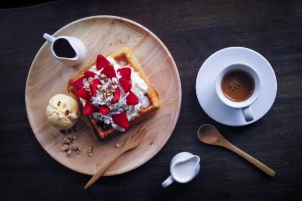 Полезный завтрак: кофе и вафли с фруктами