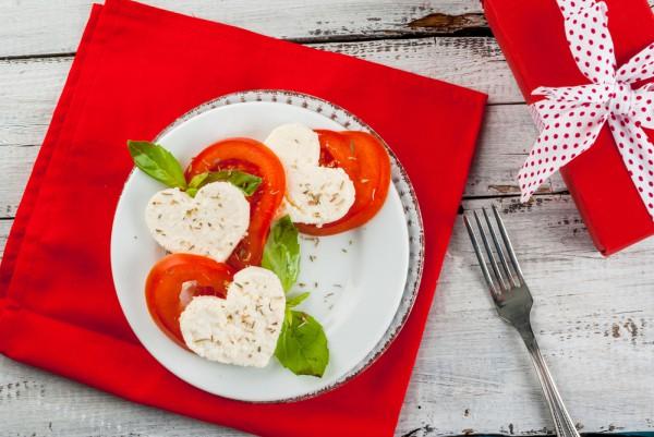 Салат на День Валентина из моцареллы