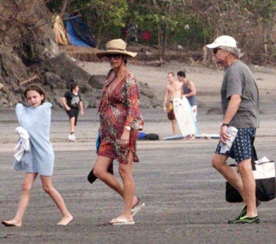 Супруга Майкла Дугласа снова беременна