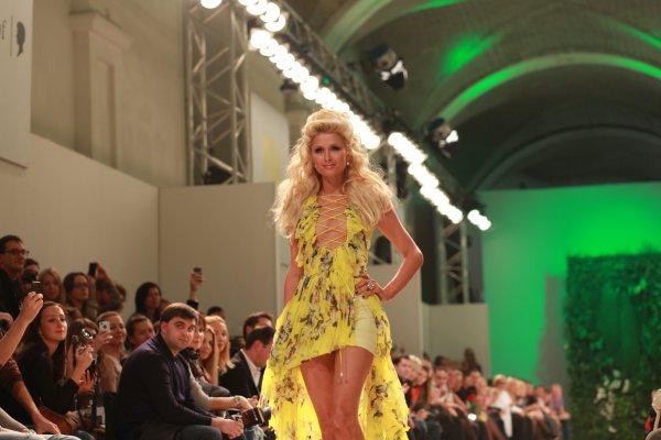 Платье, в котором Пэрис Хилтон вышла на подиум, пошили за ночь