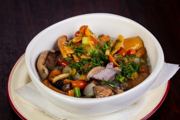Салат из грибов с морковью, луком и помидорами