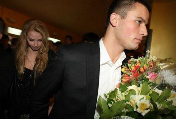 Спутник Светланы Ходченковой нес цветы актрисы