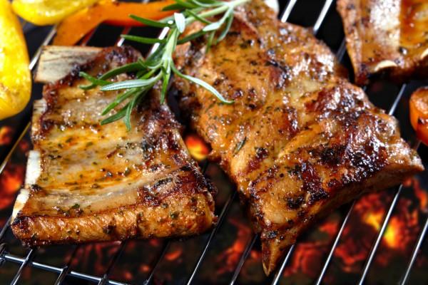 Мясо перед жаркой желательно замариновать.