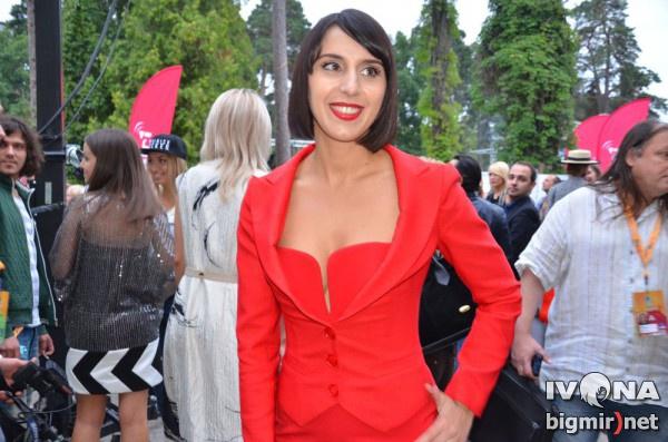 Джамала в костюме яркого красного цвета
