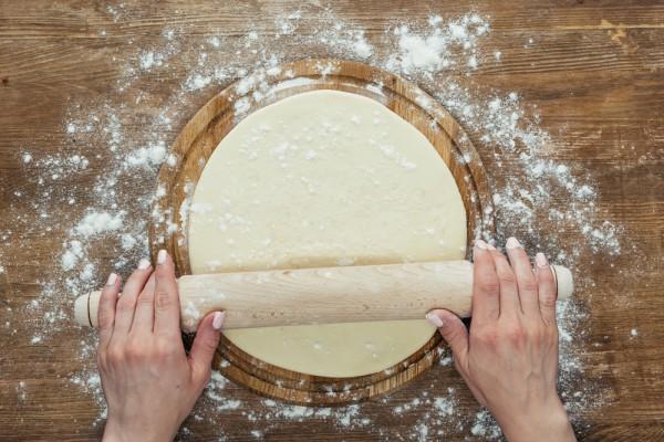 Простой рецепт жидкого теста для пиццы на молоке