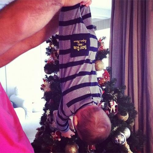 Для маленького Соломона это первая в жизни новогодняя елка
