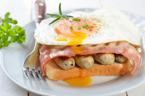 Рецепт                  Гренки с жареным яйцом и сосисками