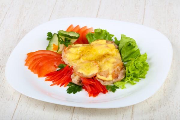 Мясо под сыром и помидорами