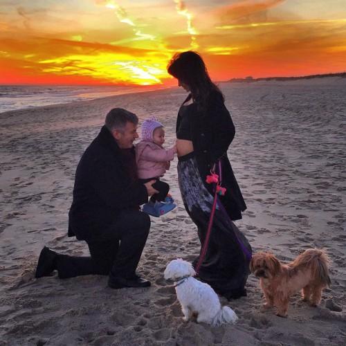 Алек Болдуин с женой и ребенком