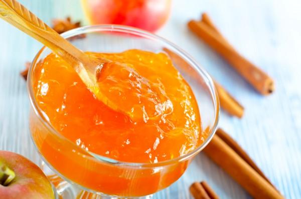 Яблочно-абрикосовое варенье можно подавать с хлебом или добавлять в пироги